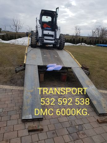 Auto laweta transport maszyn budowlanych