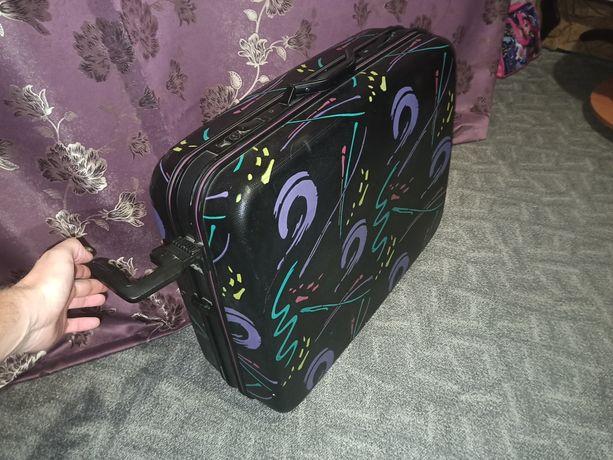 Очень большой чемодан на колëсиках