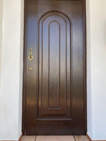Portas de vivenda em madeira exotica trabalhada
