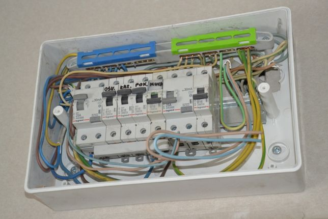 Elektryk - awarie instalacji elektrycznych w domach. Naprawa montaż.