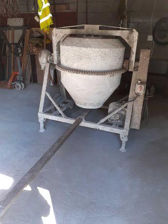 Duża betoniarka budowlana sprawna