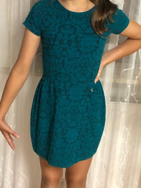 Sukienka w modnym kolorze butelkowej zieleni 134