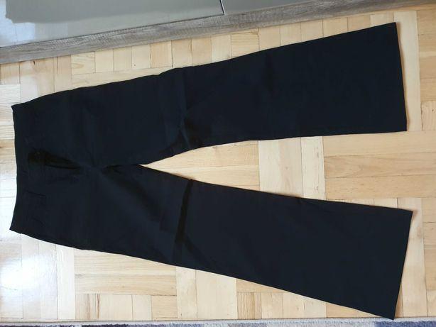 Czarne spodnie, szerokie nogawki