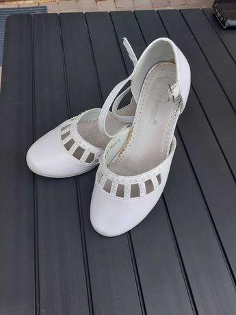 Białe buty, komunijne
