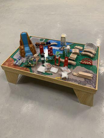 Kolejka drewniana Kidkraft ze stołem torami pojazdami