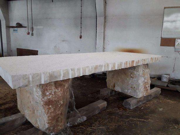 Mesa em pedra grande rústica. 240 cm comprimento