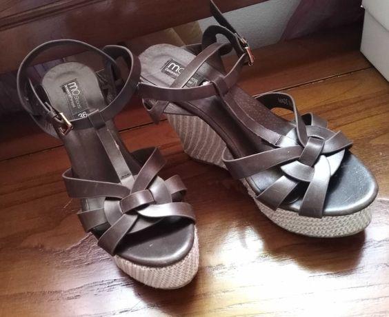 Sandálias usadas em bom estado