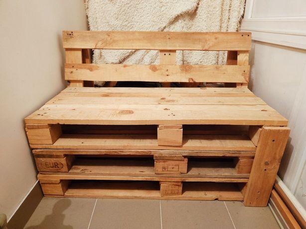Деревянная скамейка и столик