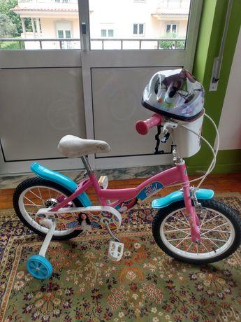 Bicicleta para menina com capacete