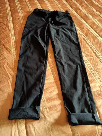 Calças azuis escuras subidas com elástico na cintura