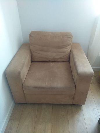 Fotel, kanapa, 2 półki oraz witryna