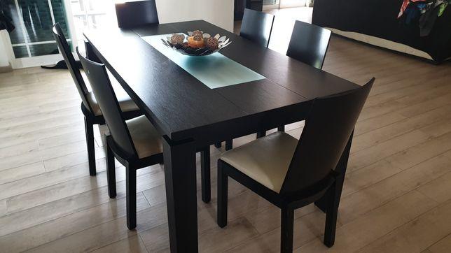 Vende-se mesa de sala extensível e cadeiras em madeira