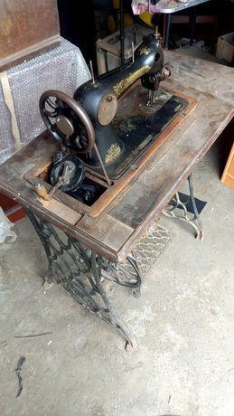 Продам швейную машину под реставрацию.