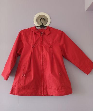 Piękny czerwony płaszczyk przeciwdeszczowy dla dziewczynki