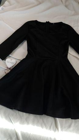 Czarna rozkloszowana sukienka basic z 3/4 rękawem