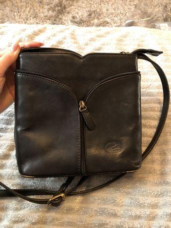 Skórzana czarna torebka na ramie