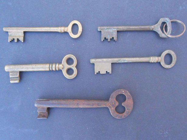 Conjunto de antigas chaves em latão e ferro