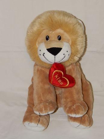 Очаровательный львенок с сердечком в зубах.