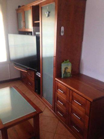 Móvel de sala em madeira, com mesa de apoio