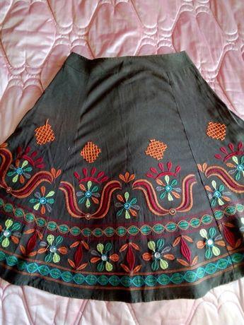 Красивая коричневая юбка с яркой вышивкой