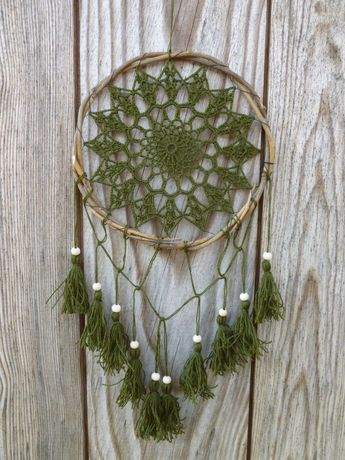 Зеленый ловец снов с деревянными бусинами