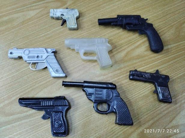 Пистолеты -- игрушки ,времен СССР...