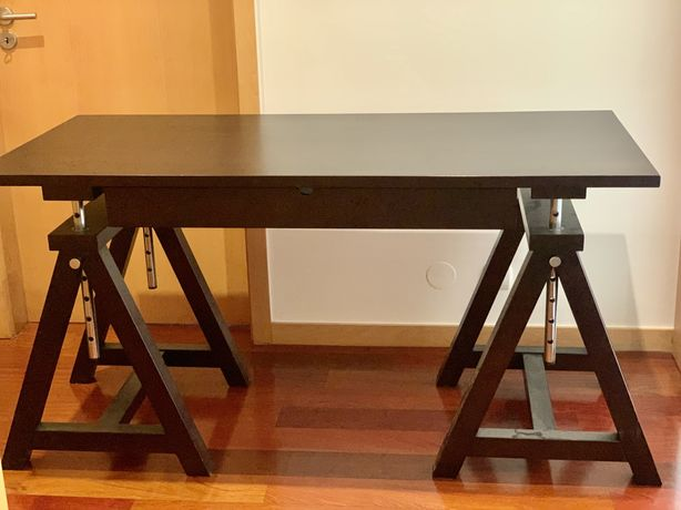 Secretária e prateleira em madeira com cavaletes (modelo estirador)