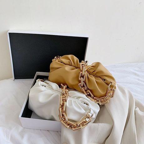 Белая сумка с крупной цепью под BV