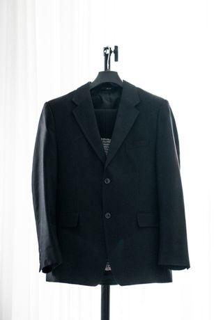 Czarny, slimowany garnitur marki Romel