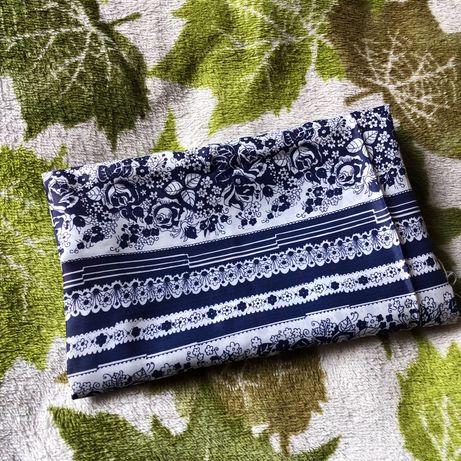 Синяя с белым ткань с узором цаетами шелковая