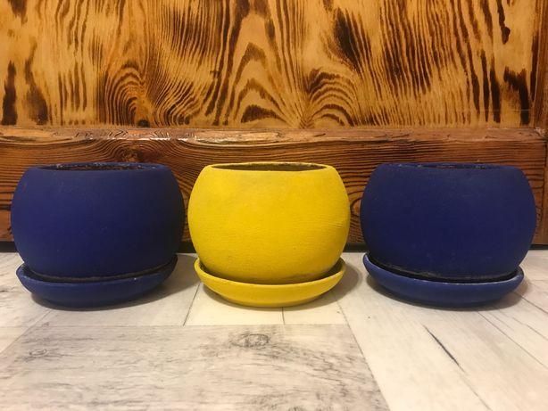 Doniczki z podstawkami - żółta i 2 granatowe