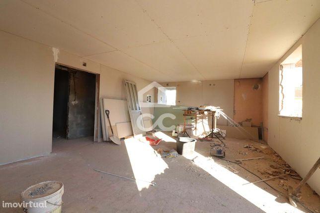 Moradia com sótão, garagem e churrasqueira em fase de construção em Av