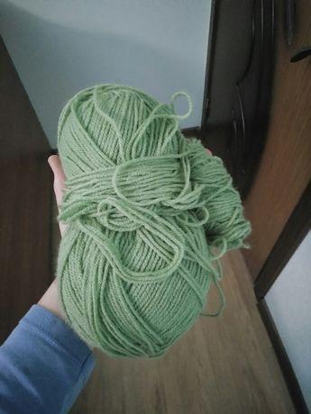 Пряжа зеленая крупная