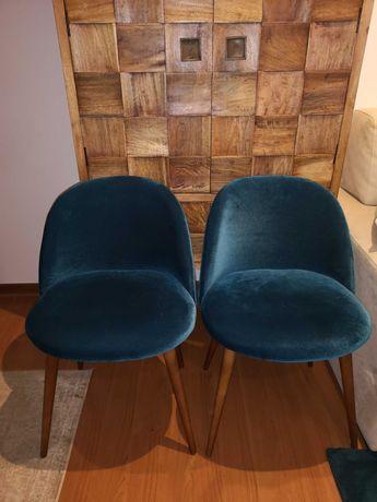 Conjunto 2 cadeiras de veludo azul petróleo e pés em cor nogueira