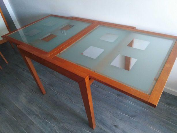 Mesa de jantar em madeira com vidro no centro c/4 cadeiras