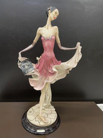 Estatueta em porcelana antiga, com certificado.