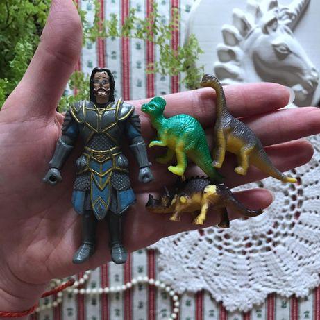 Игрушки герой и динозавр (динозавры)