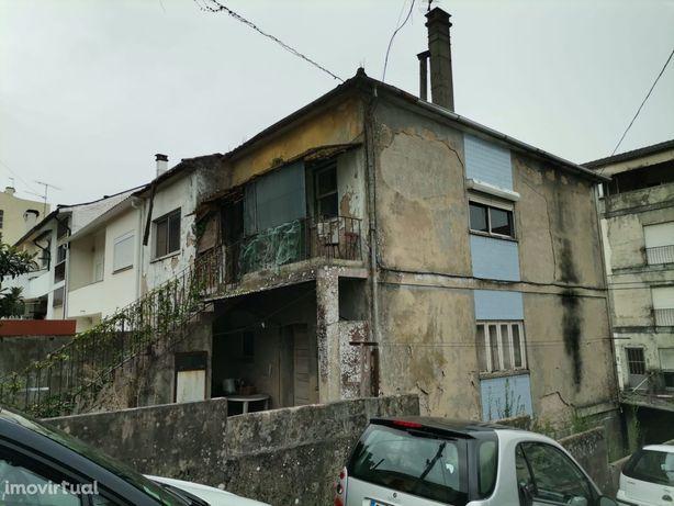 Prédio para restauro com possibilidade de 2 habitações junto ao centro