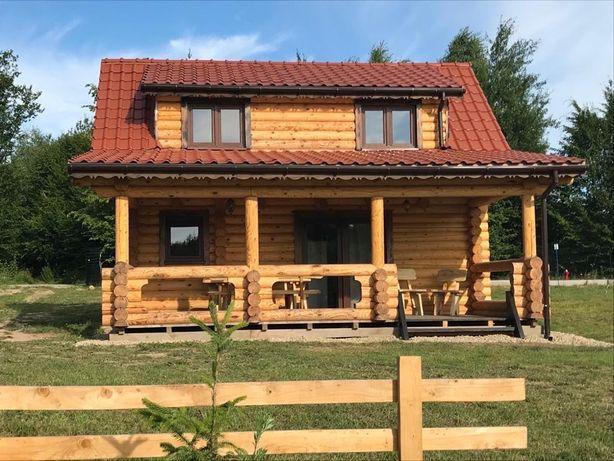 Mazury: domek drewniany nad stawem przy lesie