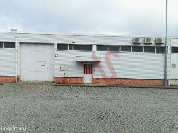 Pavilhão industrial com 954m2 no centro de Lousada