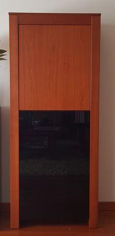 Móvel bar em madeira de cerejeira maciça com porta em vidro preto