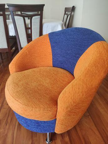 Kolorowe fotele materiałowe
