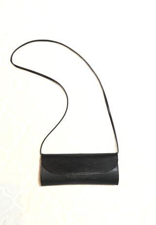 Torebka czarna kopertówka z paskiem na ramię