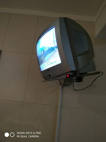 Tv com suporte e descodificador TDT
