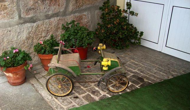 Antigo carrinho de criança a pedais
