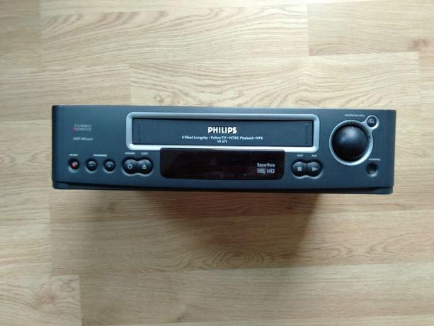 Magnetowid firmy Philips VHS HD Turbo Drive plus w komplecie znajduje