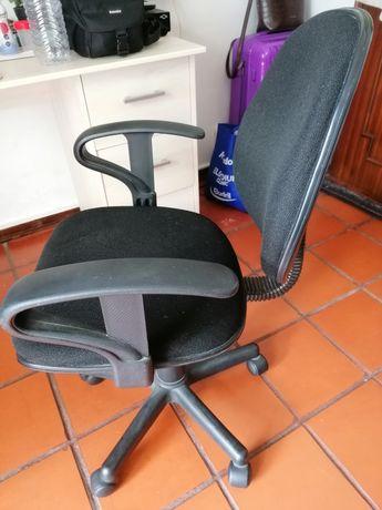 Cadeira secretária com rodas
