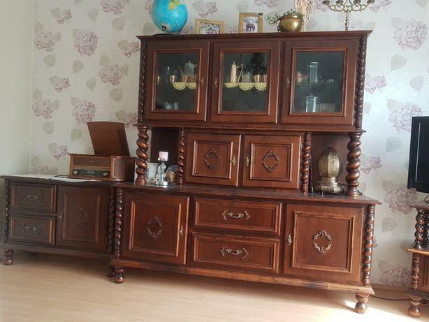 Sprzedam drewniany kredens i stół z krzesłami