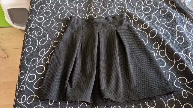 czarna spodnica z tkaniny strukturalnej
