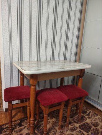 Кухонный стол и табуретки